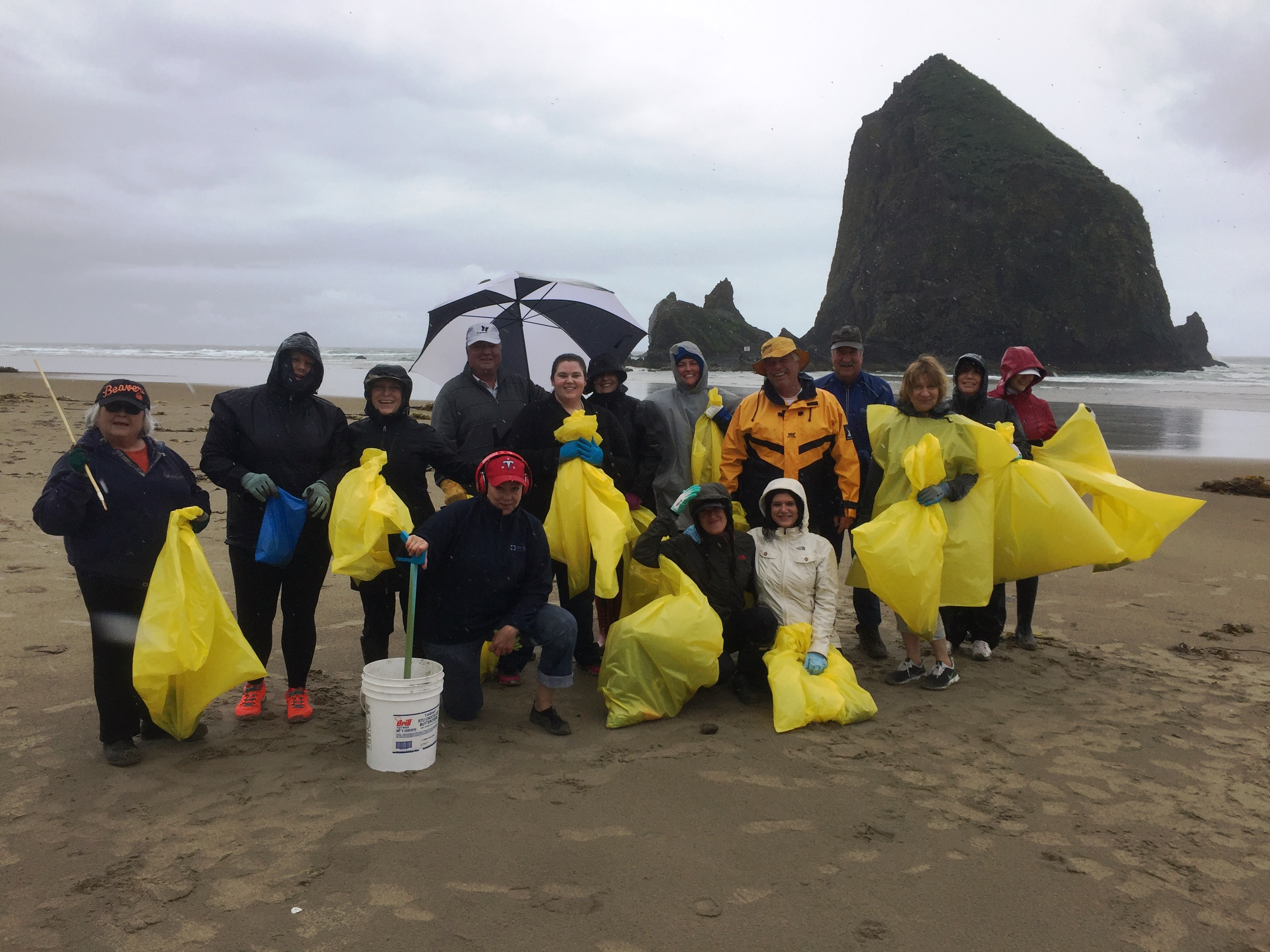 Community Service Day 2017 - Clean up Crew on the Beach (1)